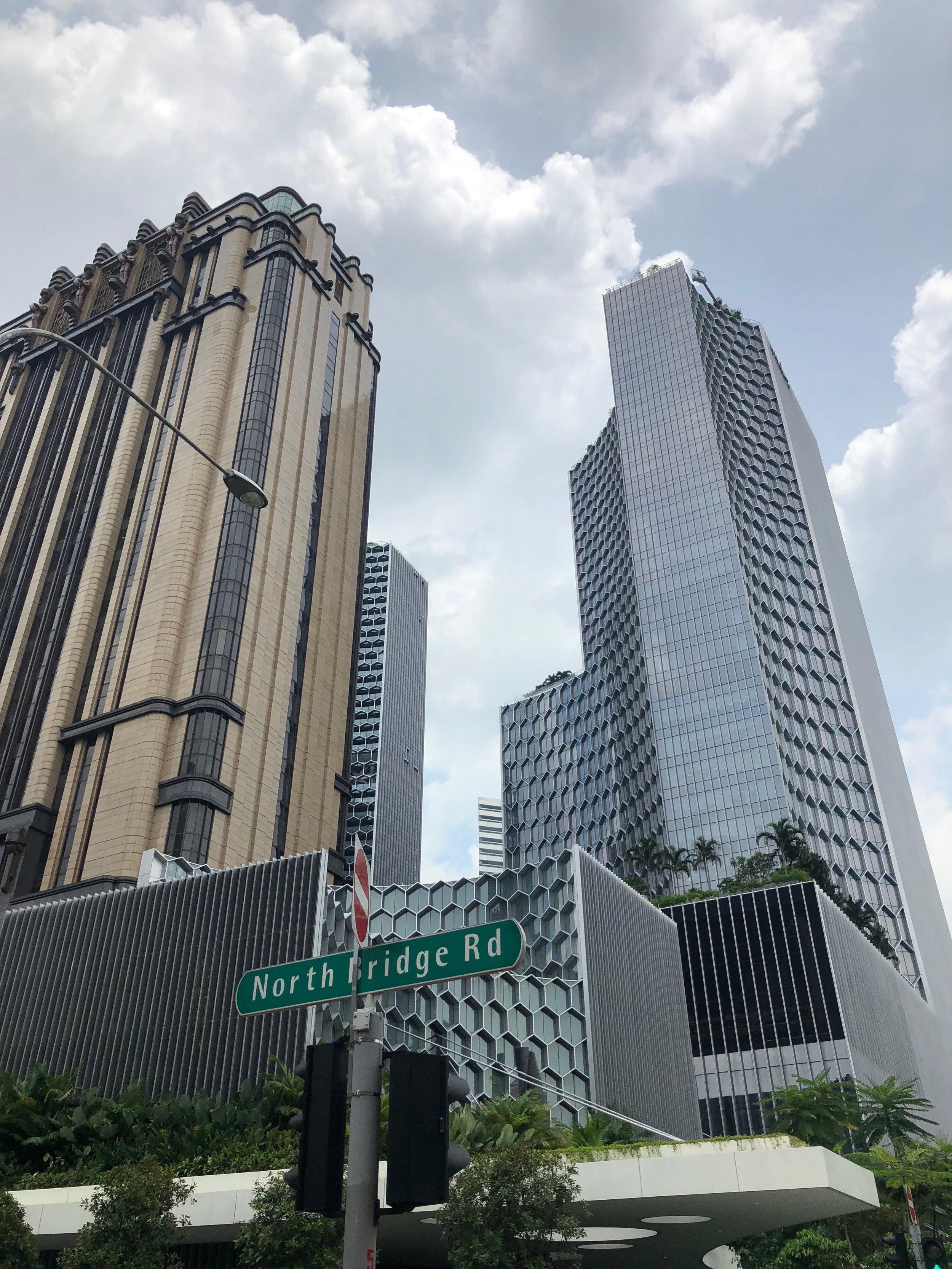 Más edificios altos que vi mientras caminaba por el parte Downtown Core de Singapur.