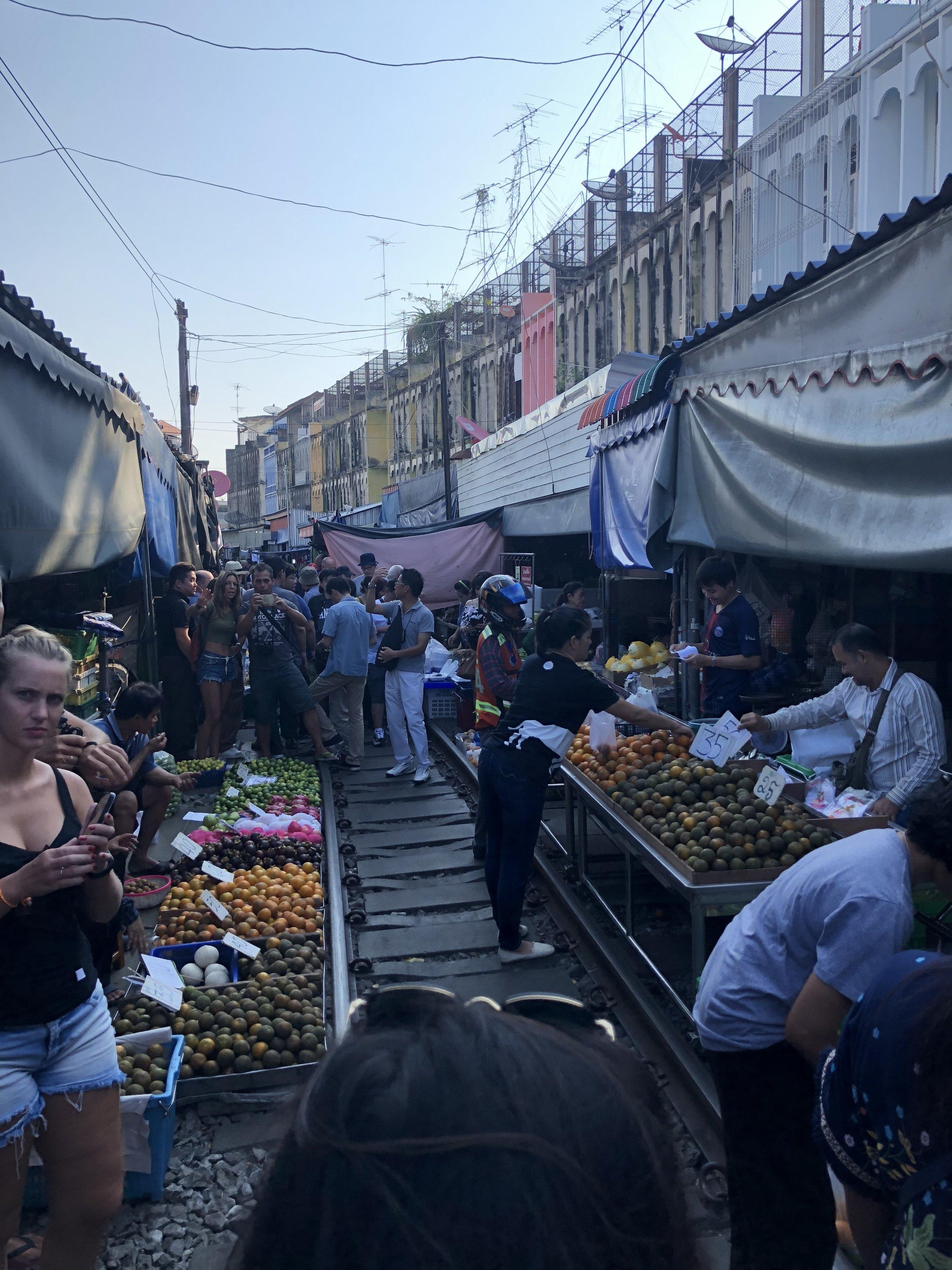 La vista del mercado encima de las vías del tren.