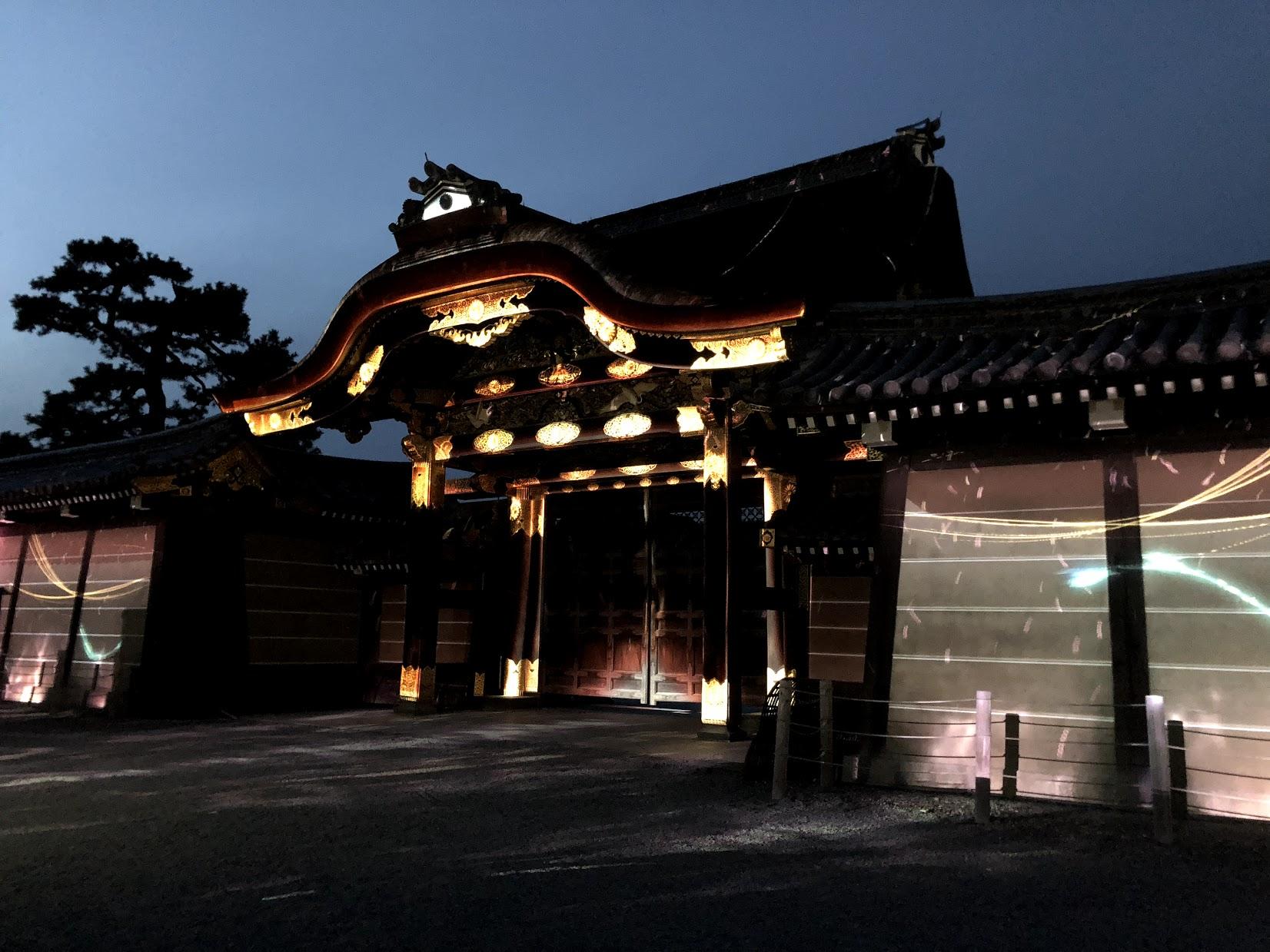 Un show de luces al frente de uno de los puertas de Nijo. De día esta abierta, pero de noche esta cerrado.