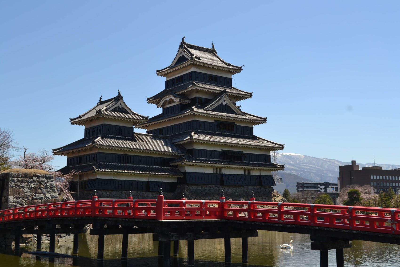 Antes de entrar al complejo del Castillo Matsumoto, ¡se puede ver el foso con un puente rojo y un cisne!