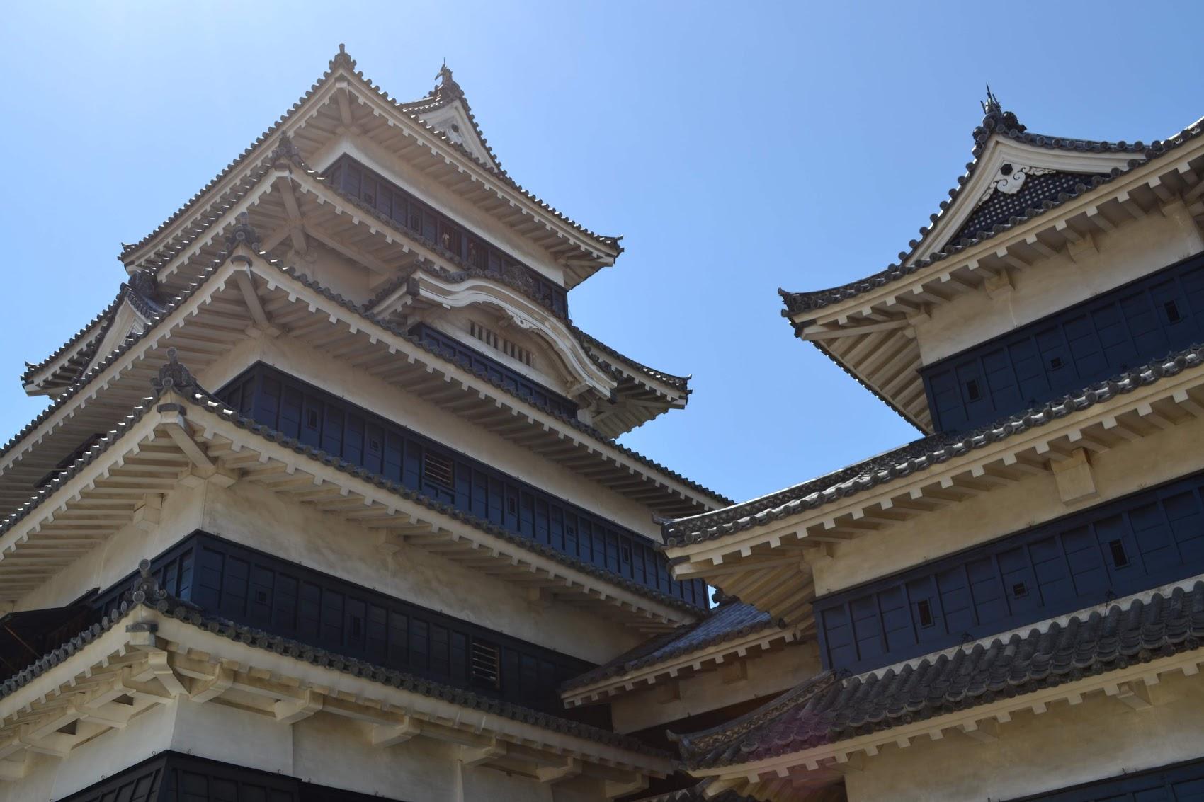 Una vista cercana del Castillo Matsumoto. Un color muy diferente a los otros castillos.