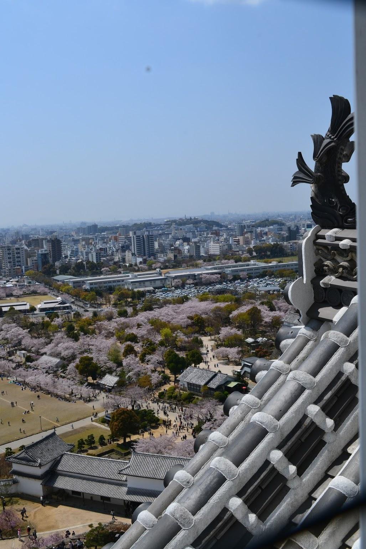 La vista de la ciudad de Himeji adentro del castillo. El techo del castillo tenía muchas figuras de garzas, y por eso el otro nombre de Castillo Himeji es El Castillo de Garzas Blancas.
