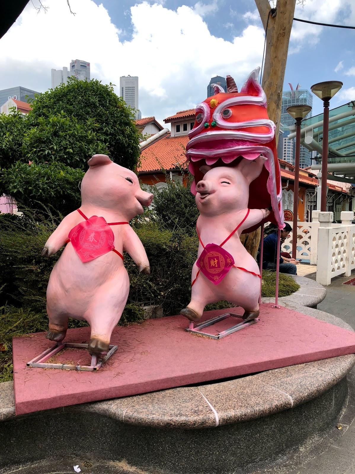 Al entrar a la calle Pagoda habían estas estructures de cerdos para la celebración de Año Nuevo Lunar. Este año es el año del cerdo.