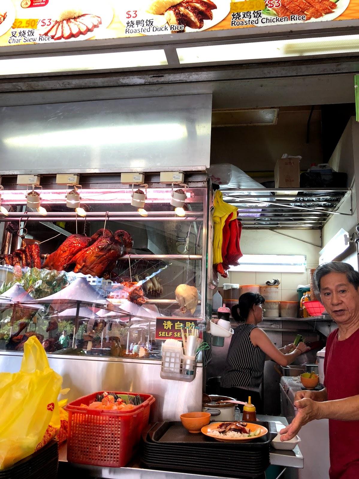 Una tienda en un vendedor hawker donde compre un plato de cerdo asado.