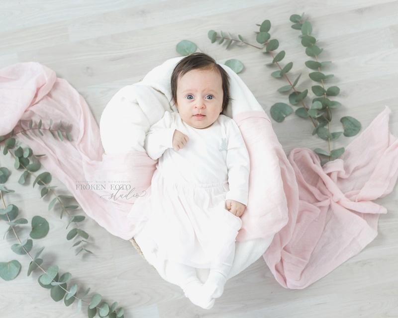 frokenfotostudio.se  Ellie 2 mån hos Fröken Foto Studio i Skene fotograf Malin Richardsson 2019 Baby Barn Kinna Göteborg Borås varberg Kungsbacka  (1).jpg