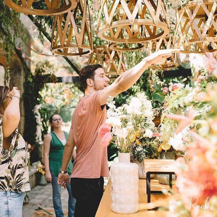 Yuri Oliveira - Cerimonialista com foco em casamentos, o Yuri acredita que as cerimônias devem traduzir a personalidade dos noivos. Dessa forma, trabalha para que o evento mais sonhado esteja ao alcance do orçamento de seus clientes.