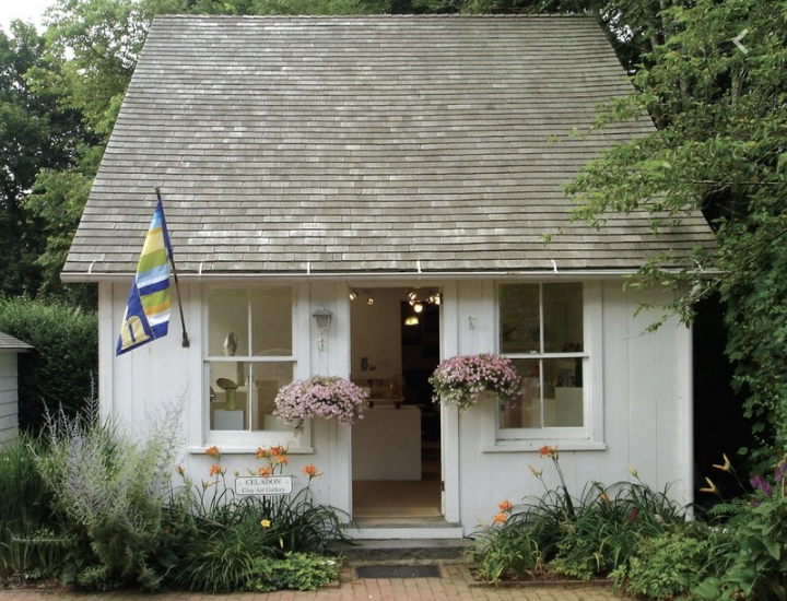 Clay Art Guild of the Hamptons   Offers classes in various types of clay work including wheel throwing, beginners pottery and open studio for students of all ages.    http://www.hamptonsclayart.org/