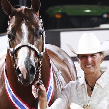 RITA CRUNDWELL - Die Protagonistin dieses Falls kam 1953 als Tochter einer Farmerfamilie außerhalb von Dixon, Illinois auf die Welt. Schon als Jugendliche entdeckte Rita Crundwell ihre Leidenschaft für Quarter Horses, eine besonders schnelle Pferderasse. Genau sind ihr Fluch und (Geld-)Segen: schon seit ihrem Schulabschluss war sie bei der Heimatstadt beschäftigt und wurde 1983 zur Finanzverwalterin ernannt. Nebenher leitete sie auch ihre eigene Pferdezucht. Sie nahm an Reitwettbewerben teil und gewann insgesamt 53 Meisterschaften. Doch um sich ihr luxuriöses Hobby zu finanzieren, nutzte sie ihre Position bei der Stadt aus und hinterzog jahrelang Millionen von Dollar. 2012 fliegt ihr falsches Spiel auf, sie bekennt sich schuldig und wird verurteilt.