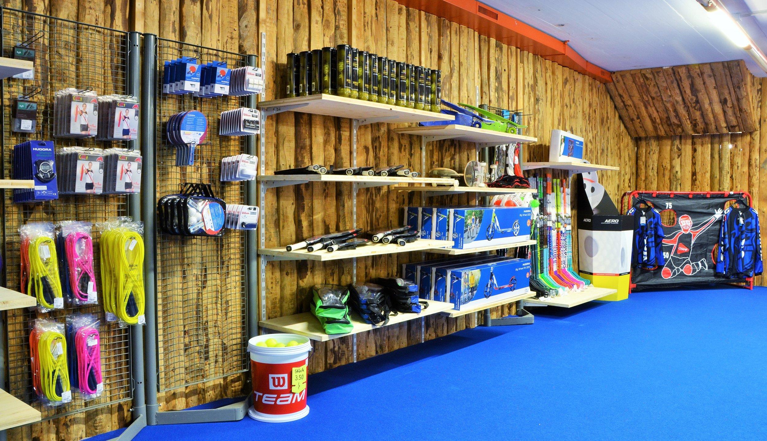 - Badeanzüge und ZubehörFitnessbekleidung und SporttaschenFussball- und HallenschuheSchlafsäcke und IsomattenTennisrackets und BälleUnihockeyschläger und ZubehörTerrabänder, Springseile und BlackrollKickboardsDiverse Bälle