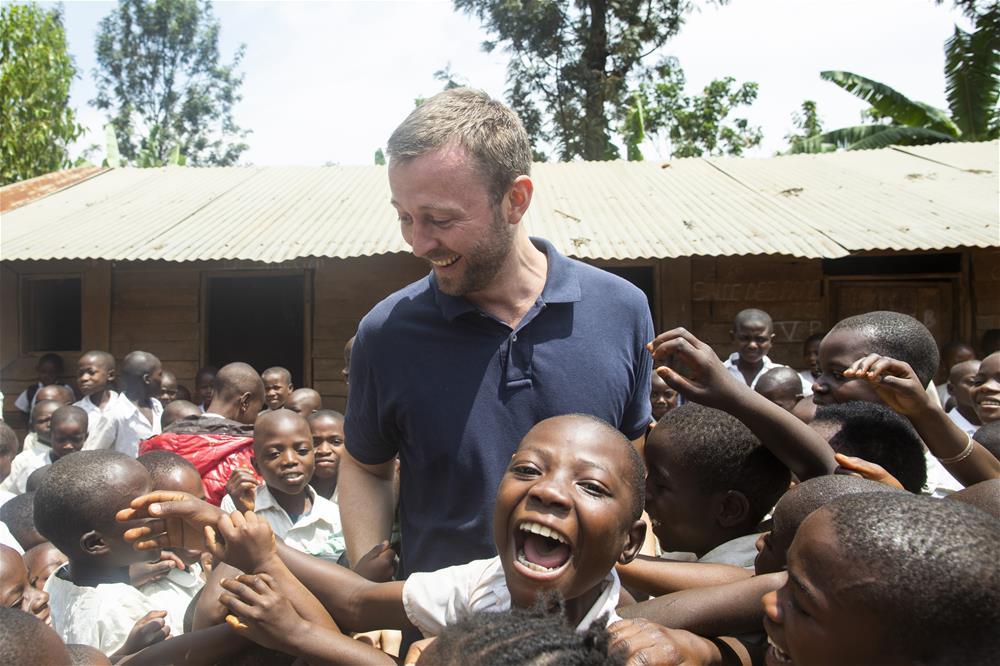 Jacob i møte med barna på et av våre skolebesøk