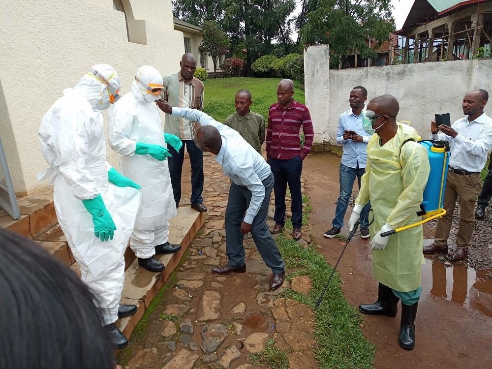 Nøye gjennomgang over hvordan helsearbeidere 'desinfiseres' og hvordan de skal ta av beskyttelsesbekledning etter at de har sett til en ebolapasient.