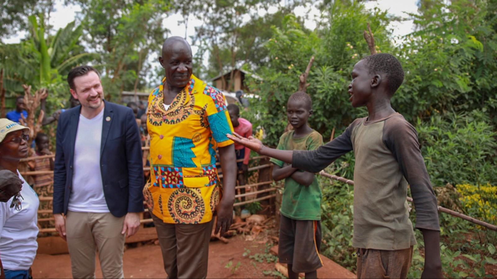 Utviklingsminister Dag-Inge Ulstein besøker flyktningleiren Kiryandongo i Uganda. Flere av de som har kommet til leiren har vært utsatt for seksuell tortur.  FOTO: GJERMUND ØYSTESE / UD (bilde hentet fra artikkel)