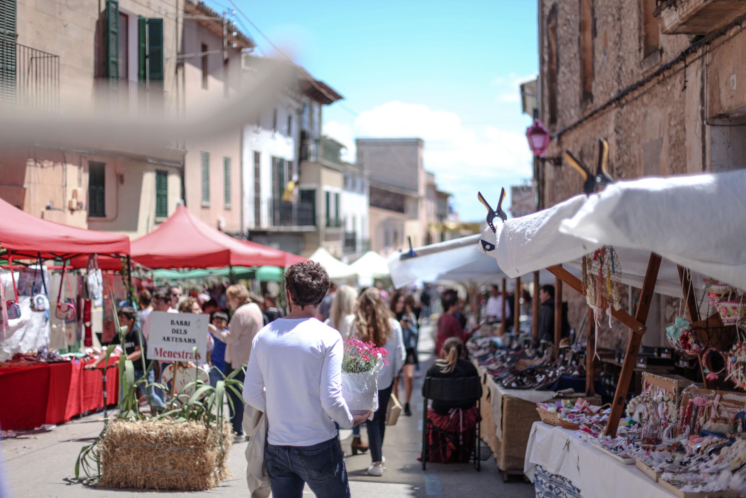 MÄRKTE - Es gibt mehr Märkte als man zählen kann auf Mallorca. Und fast alle lohnen sich. Nicht nur für die frischen Lebensmittel und traditionellen Waren, sondern für eine Prise mallorqonischen Lebensstil und ein wenig Zerstreuung.