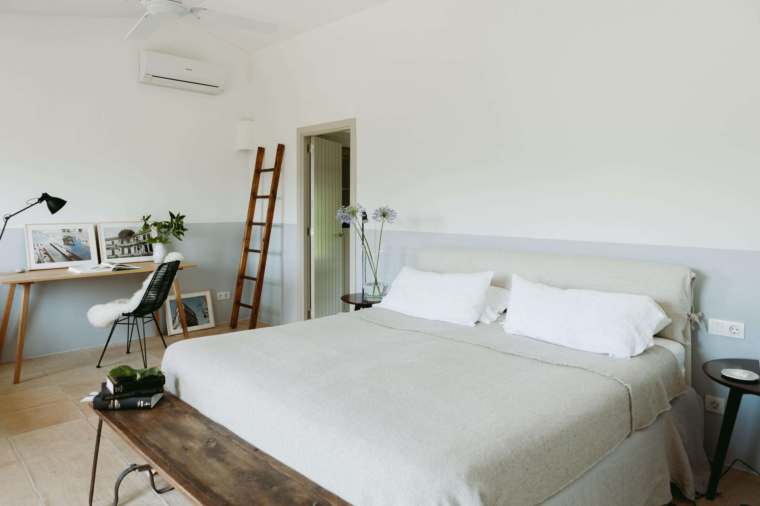SCHLAFZIMMER 3 - Ein Zimmer mit Doppelbett (180 x 200 cm) en suite Badezimmer mit Dusche und Badewanne auf der obersten Ebene.