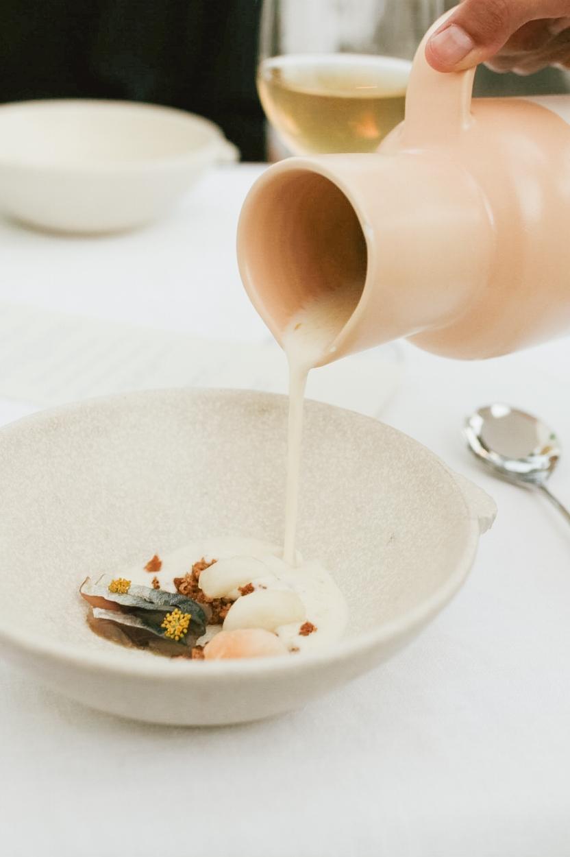 GENUSS-ZEIT - Jeder Gang ein kleines Festmahl – auch auf schönes Geschirr und das Anrichten der Speisen wird bei Ca Na To Ne Ta Wert gelegt.