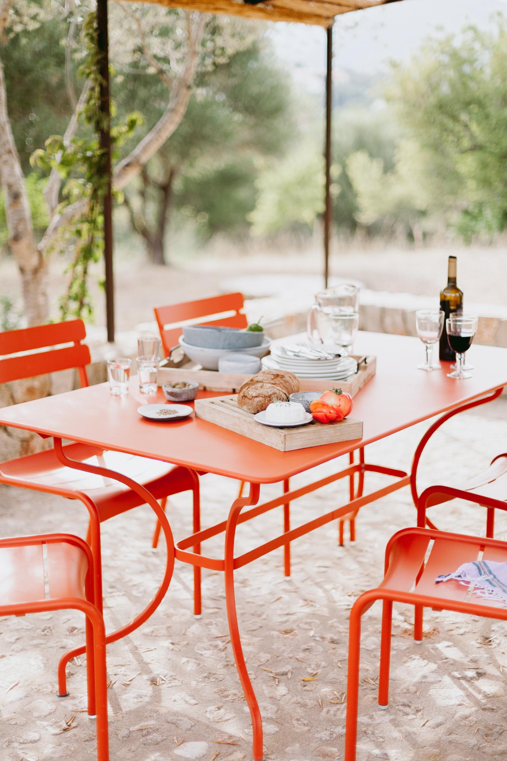 PERGOLA & PFLANZEN - Unter der überdachten Pergola steht ein Grill bereit sowie ein weiterer Tisch mit Stühlen – perfekt für ein leichtes Mittagessen oder ein abendliches BBQMediterrane Pflanzen und Kräuter wie auch die für Mallorca typischen Oliven- und Mandelbäume finden sich rund ums Haus herum – und erfreuen das Auge und Hobbyköche gleichermaßen.