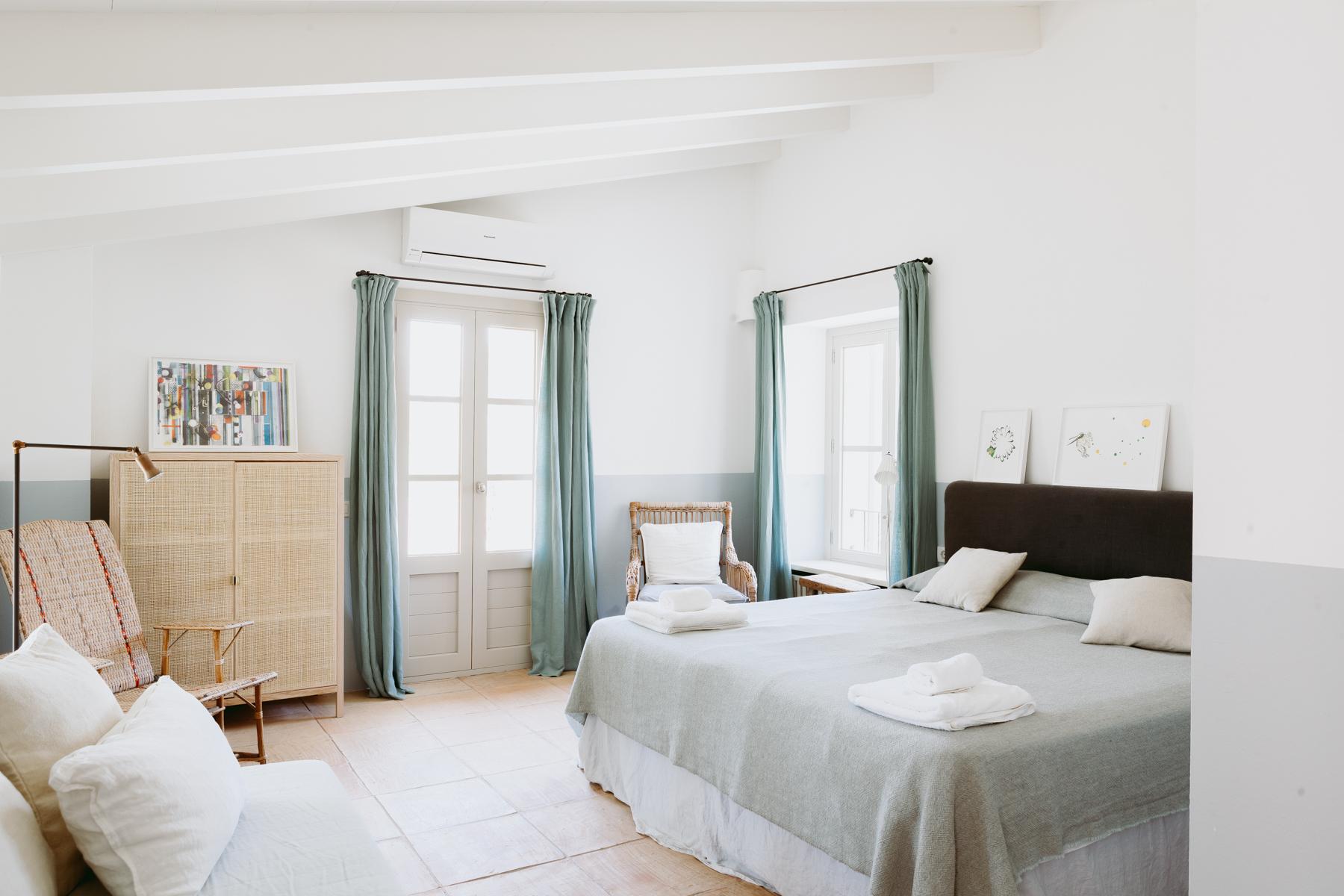 SCHLAFZIMMER 2 - Ein Zimmer mit Doppelbett (180 x 200 cm) sowie einem Einzelbett (80 x 200 cm) und en suite Badezimmer mit Dusche und Badewanne auf der Zwischenebene; mit eigenem Balkon.