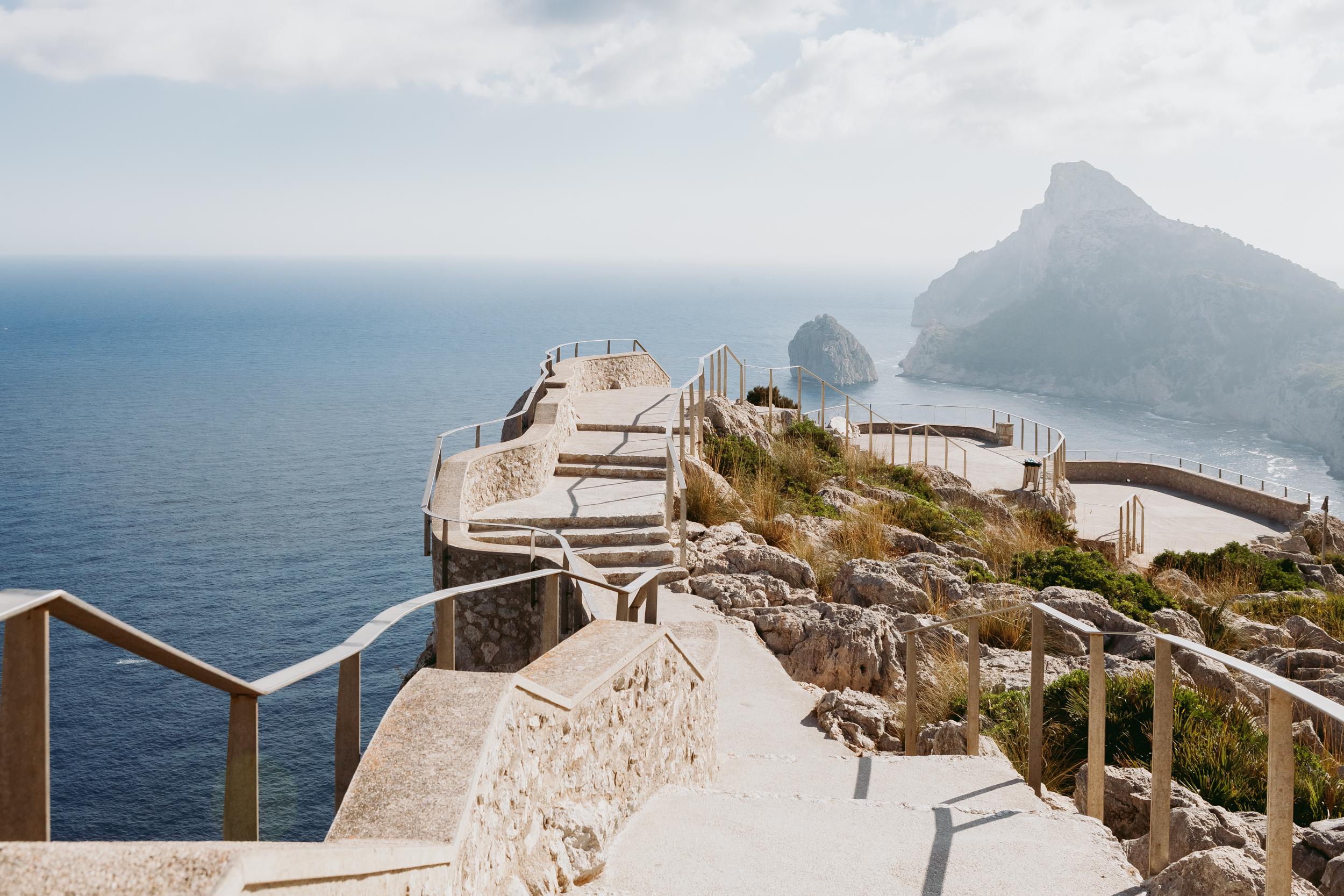 umgebung - Mallorcas Norden lässt sich vom Can Miret aus wunderbar erkunden. Mit Halb- oder Ganztagestouren können nicht nur diverse Strände und Buchten, kleine Fischerorte und Märkte besucht werden, sondern natürlich auch die wunderschöne Berglandschaft der Region.Ob das Erkunden von Aussichtspunkten oder Wanderwege – die Insel bietet für jeden Geschmack und Fitnessgrad die passende Aktivität.