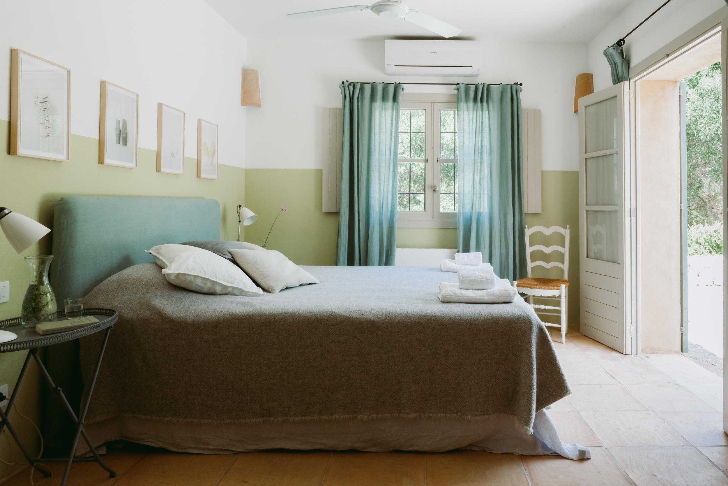 SCHLAFZIMMER 1 - Zimmer mit Doppelbett (160 x 200 cm) und en suite Badezimmer mit Duschbad auf der untersten Ebene; mit direktem Terrassenzugang.Das Wohn-/Schlafzimmer mit Ausziehsofa (190 x 140 cm) ist durch eine Tür verbunden und verfügt ebenfalls über einen eigenen Zugang zur Terrasse.