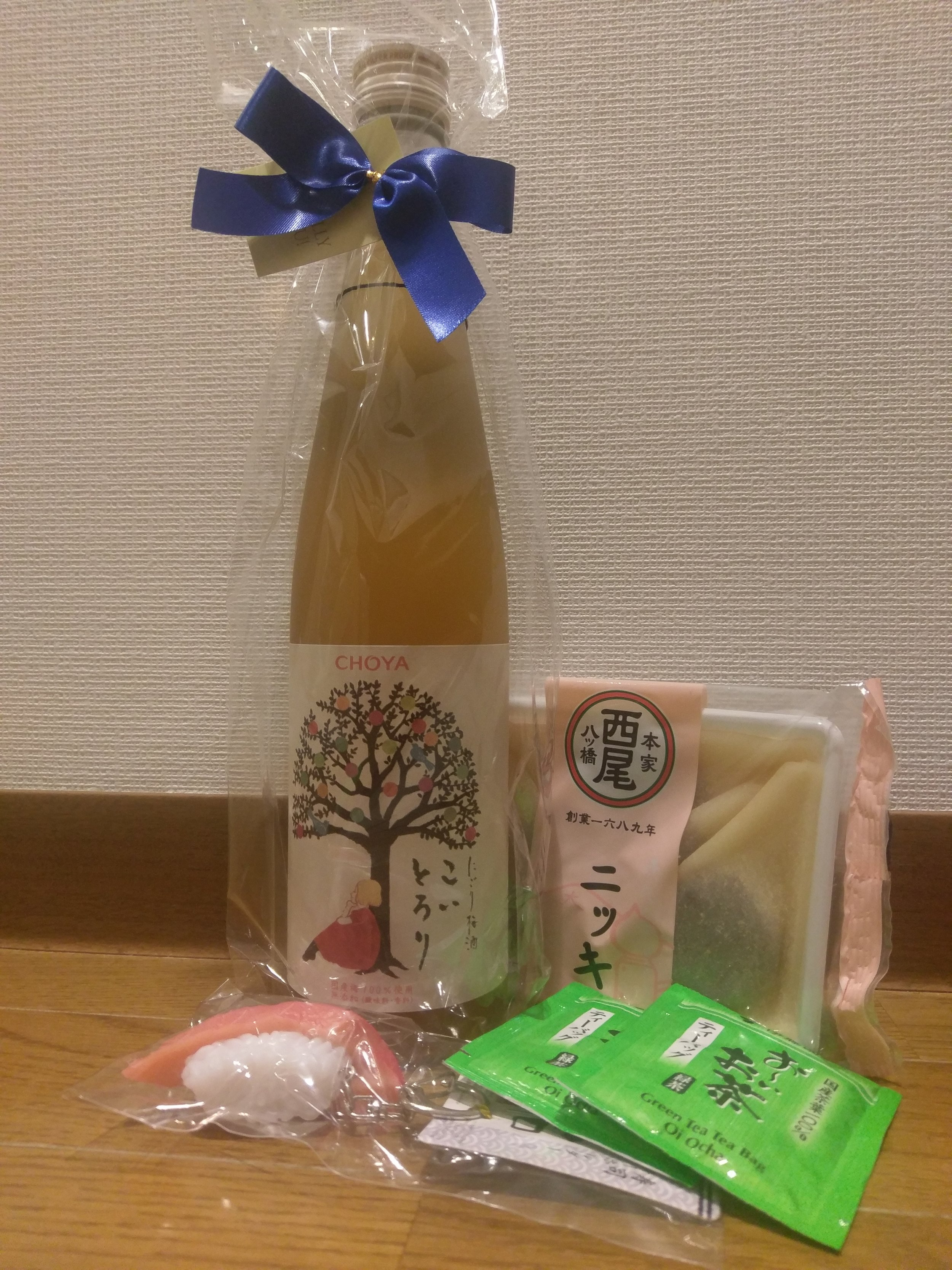 Umeshu  (Liquor Mountain), cinnamon  yatsuhashi  (Honke yatsuhashi Nishio, Gion), green tea bags (supermarket), a sushi key-chain (Daiso)