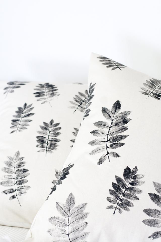 Lav skønne puder med natur print fra  Ukkonooa . Det er en super simpel ide, men ikke desto mindre smukt og unik. Find din eller modtagerens yndlingsblomst eller blade frem og print løs. En fin måde at få naturen ind i hjemmet.