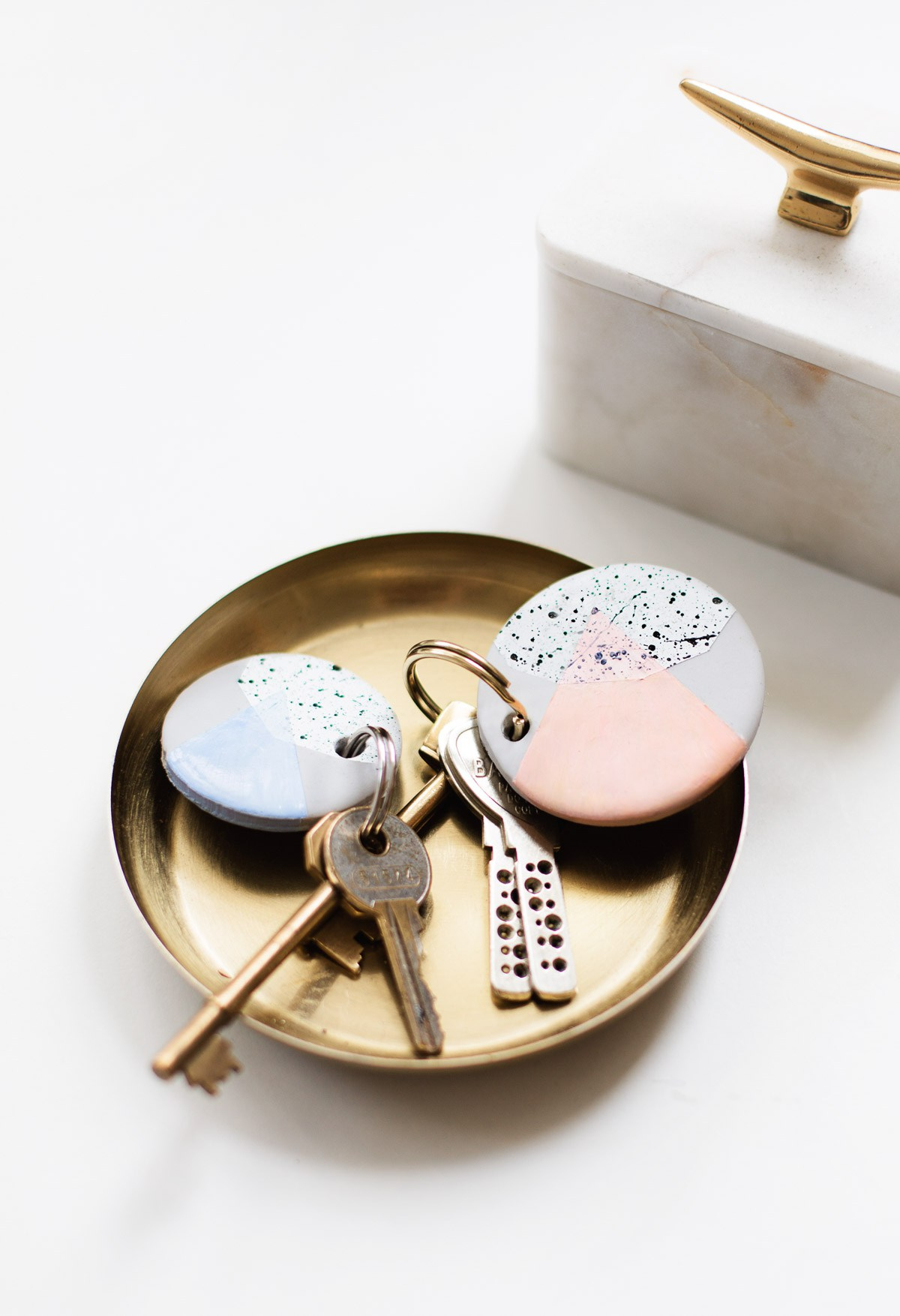 Nøglering med geometrisk mønster fra  Sugar and cloth . De er lynhurtige at lave, og kan gøres så personlige og unikke som man har lyst til. En gave der får modtageren til at sende dig en tanke hvergang hun/han låser en dør op.
