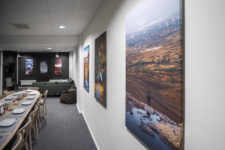 """Fra venstre over sofaen """"Høst 1"""", """"Gjevillvassdalen 2"""", """"Allmannberget 1"""", """"Oppdal 1"""", """"Ristafallet 1"""" og """"Åreskutan 1"""""""
