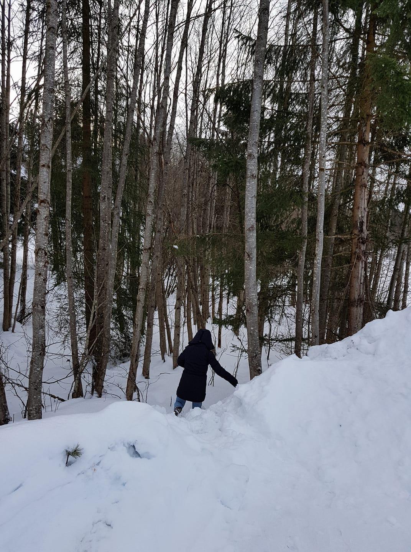Der vassa vi i snø opp til knærne for å få riktig vinkel. Ikke rart spark og ski er en av de viktigste fremkomstmidlene her.