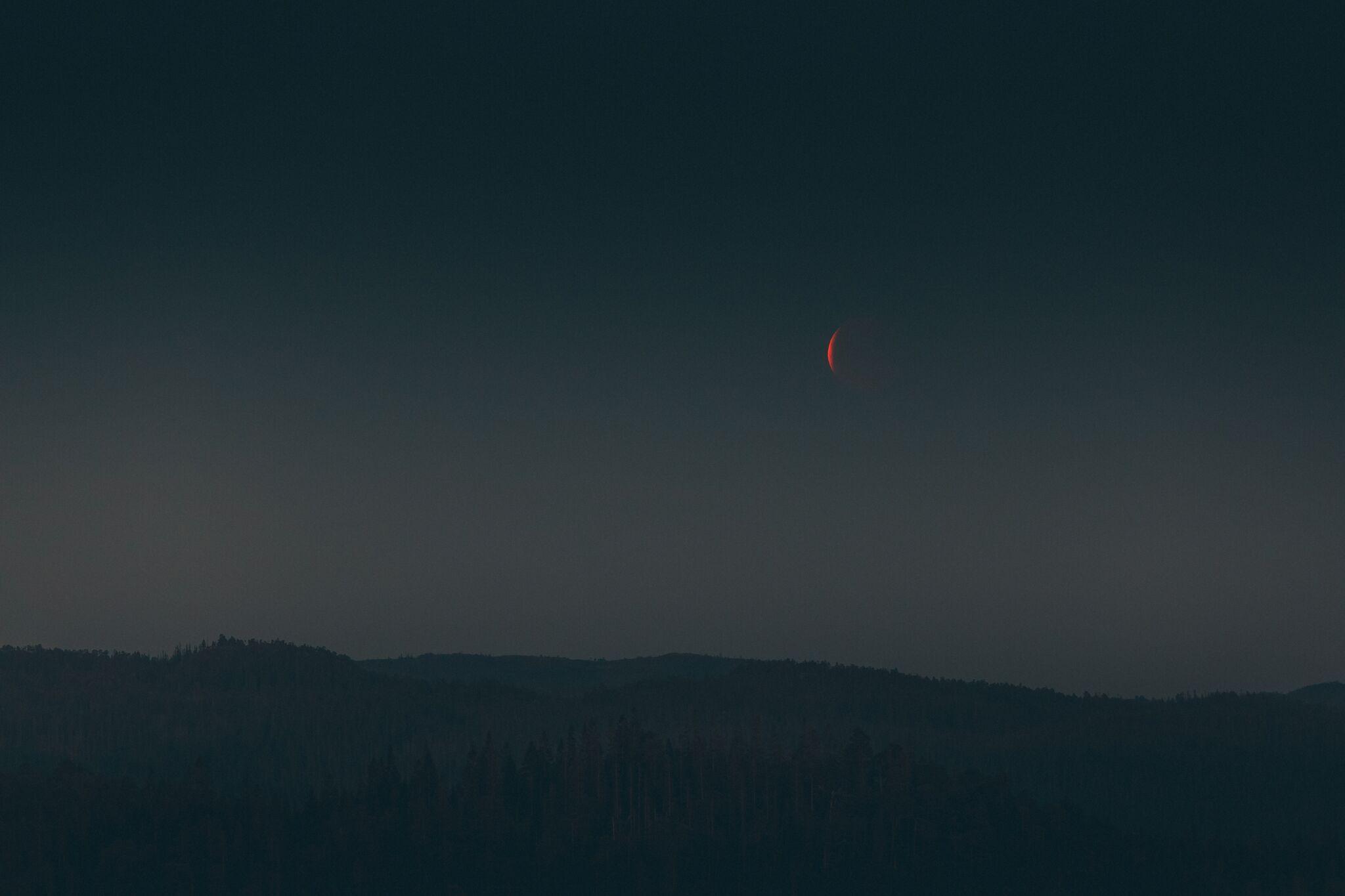Juli bydde også på en, kanskje noe skuffende, måneformørkelse som vi måtte leke litt med.
