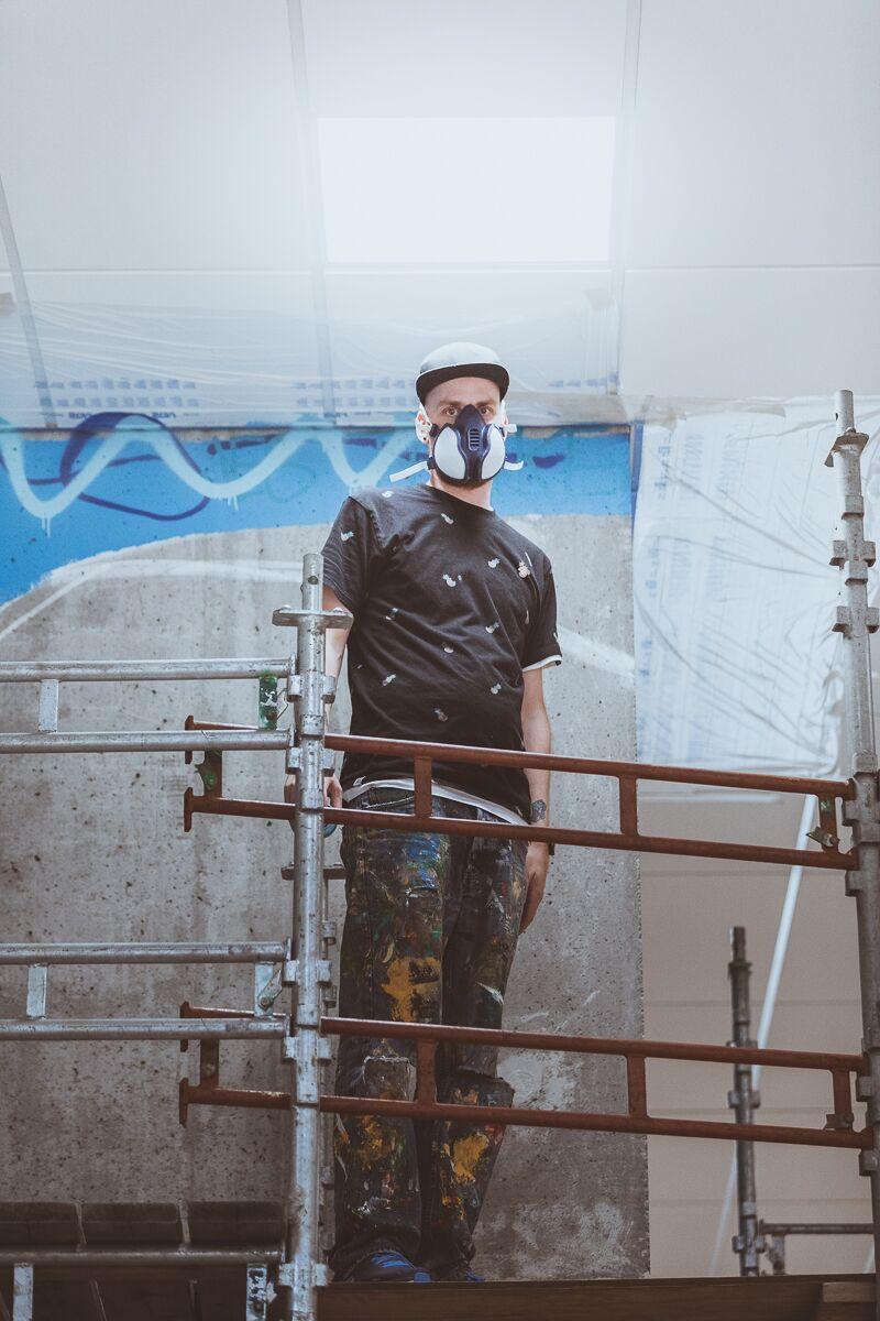 Sammen med Ståle Gerhardsen for å dokumentere hans utsmykning inne på den nye skolen.