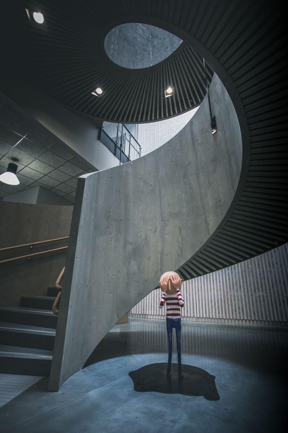 Og lekte gjemsel med Ståle Gerhardsen og hans vakre utsmykning av Lade skole.