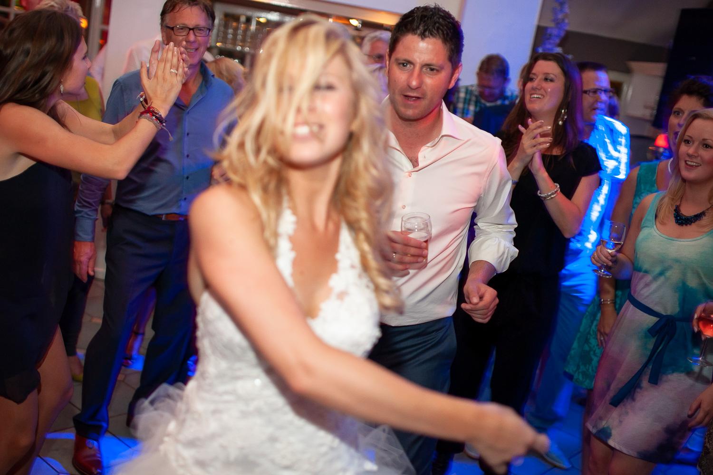 bruid-danst-voor-bruidegom.jpg