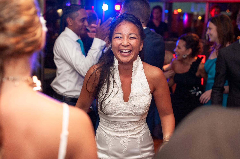 bruid-lacht-naar-camera.jpg