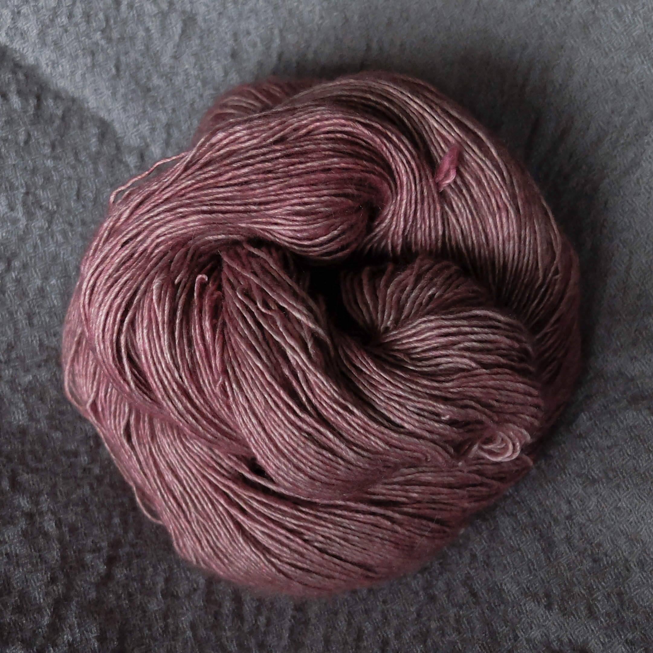 Singles - Merino/Silk/Yak - 65% Superwash Merino 20% Silk 15%Yak480 meters per 120 gram skeinA soft and delicious singles yarn. The yarn is a light grey when undyed so all colours looks a bit different on this base. Perfect for shawls and soft garments with a lot of drape.