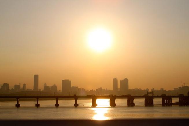 Sunset over the Han River, Seoul, South Korea (📸: Lisa Jeon).