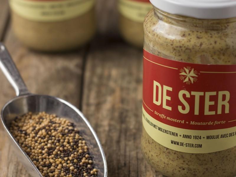 mosterd… - Mosterdmaken gebeurt bij DE STER alleen met de beste en meest eenvoudige ingrediënten: mosterdzaad, zeezout, natuurazijn en water. Zonder toevoeging van bewaarmiddelen, kleurstoffen…En dat al sinds 1924, met een authentieke 3-steens mosterdmolen.We maken 3 soorten mosterd. Hele zachte en fijne, een graantjes mosterd en tot slot nog een extra scherpe mosterd. Afhankelijk van de soort gebruiken we een andere blend.Dankzij onze authentieke productiemethode is onze bewaartijd circa 1 jaar.