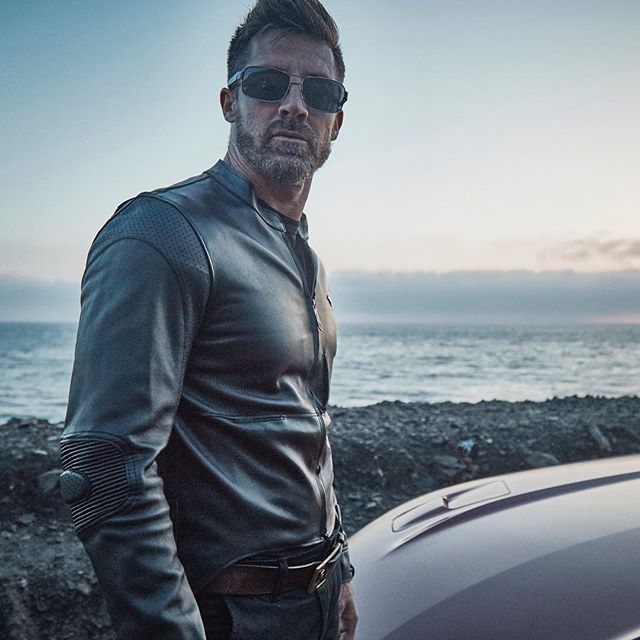 Our single layer light G1 leather jacket with its motorcycle derived flexing features and slim fit has been designed to be able to extend your arms to comfortably reach your Mustang's wheel, and as all our jackets for your vintage to modern Mustang, for the drive and for life #fordmustang #fordmustangjacket #musclecar #ford #mensfashion