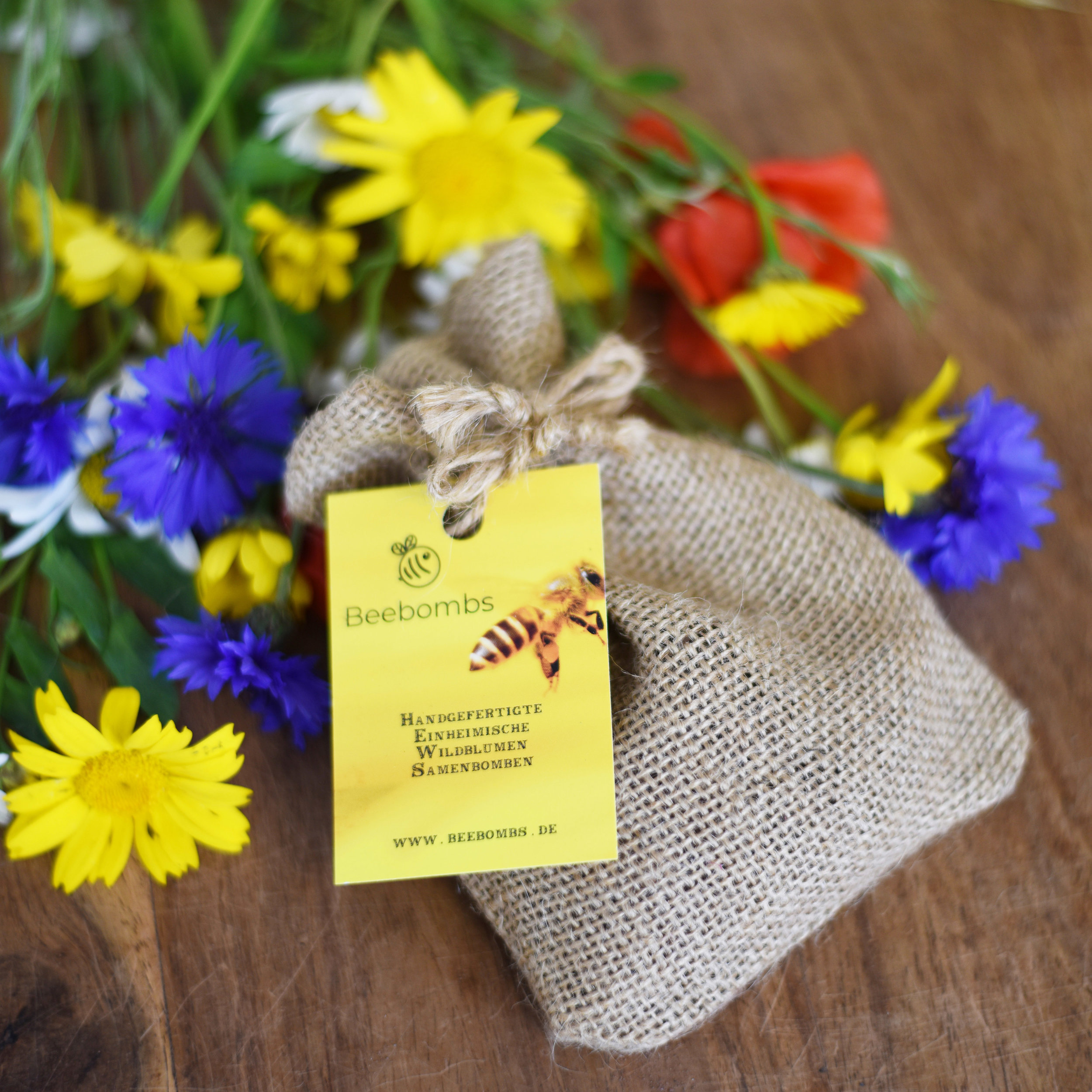 Jede Packung unserer handgefertigten Beebombs besteht aus hunderten von Samen 18 verschiedener Wildblumenarten.