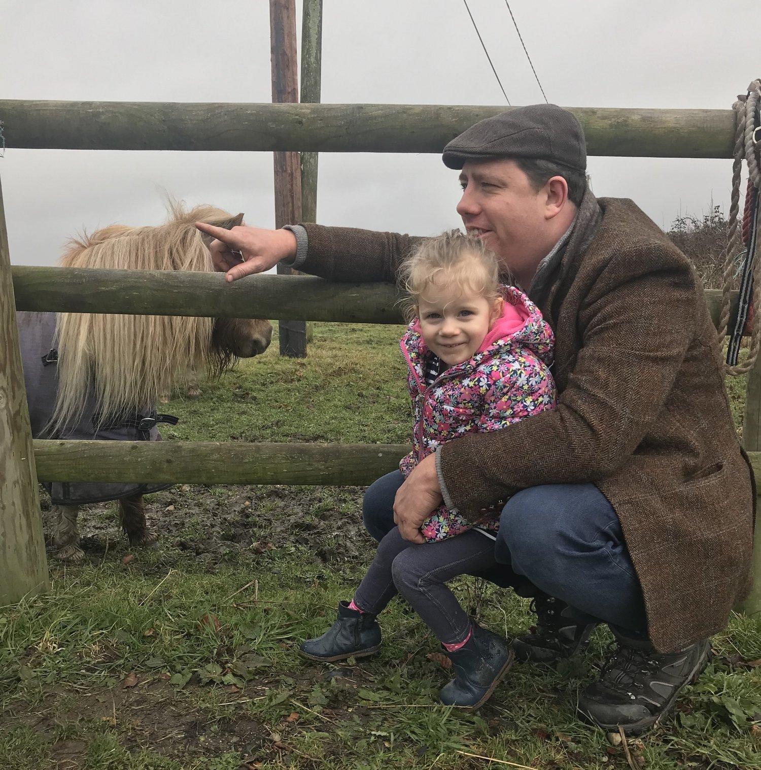 """Ben mit seiner Tochter Emily auf dem Hof nahe unserem Beebombs """"Labor""""."""