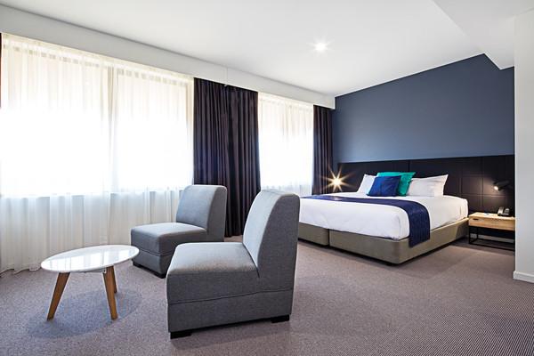 Mantra-MacArthur-Hotel-One-Bedroom-Deluxe-Suite1.jpg