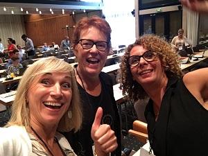 Jane & Anne   Spécialiste de la transformation numérique, Jane McConnell est bien connue pour l'importante recherche qu'elle a menée pendant plus de 10 ans sur le milieu de travail à l'ère numérique. Jane m'a mise en relation avec Change Agent WW et m'a invitée à contribuer à son travail et à sa communauté - merci beaucoup Jane ! De nos jours, Jane fait des recherches sur les organisations à l'ère du travail en free lance.  Anne Landreat humanise le travail grâce à ses compétences de conseil et de coaching. Je suis une grande fan de son travail - en plus, elle est vraiment cool. Vous pouvez suivre  Anne sur Twitter  et peut-être qu'un jour elle aura un site web :-)