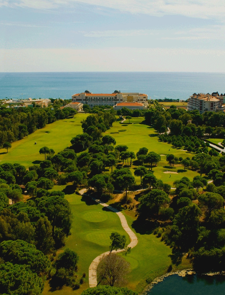 The proximity of the PGA Sultan to the Kempinski and Sirene hotels as well as the blue waters of the Mediterranean are clearly demonstrated.