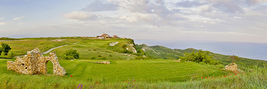 The closing hole at BlackSeRama is a do-or-die par-3 set against the Black Sea.