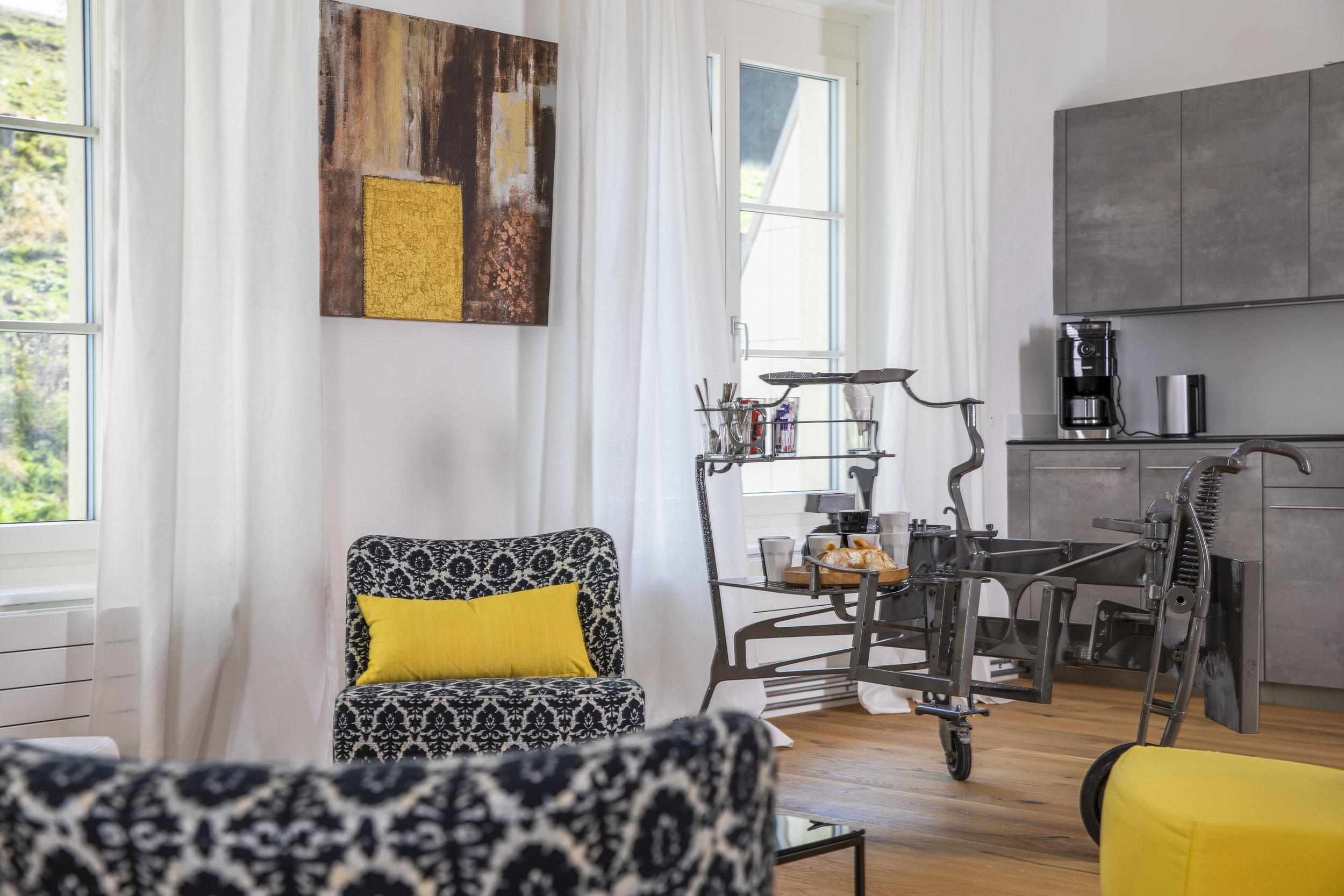 Stylischer Lounge-Bereich mit Office-Küche