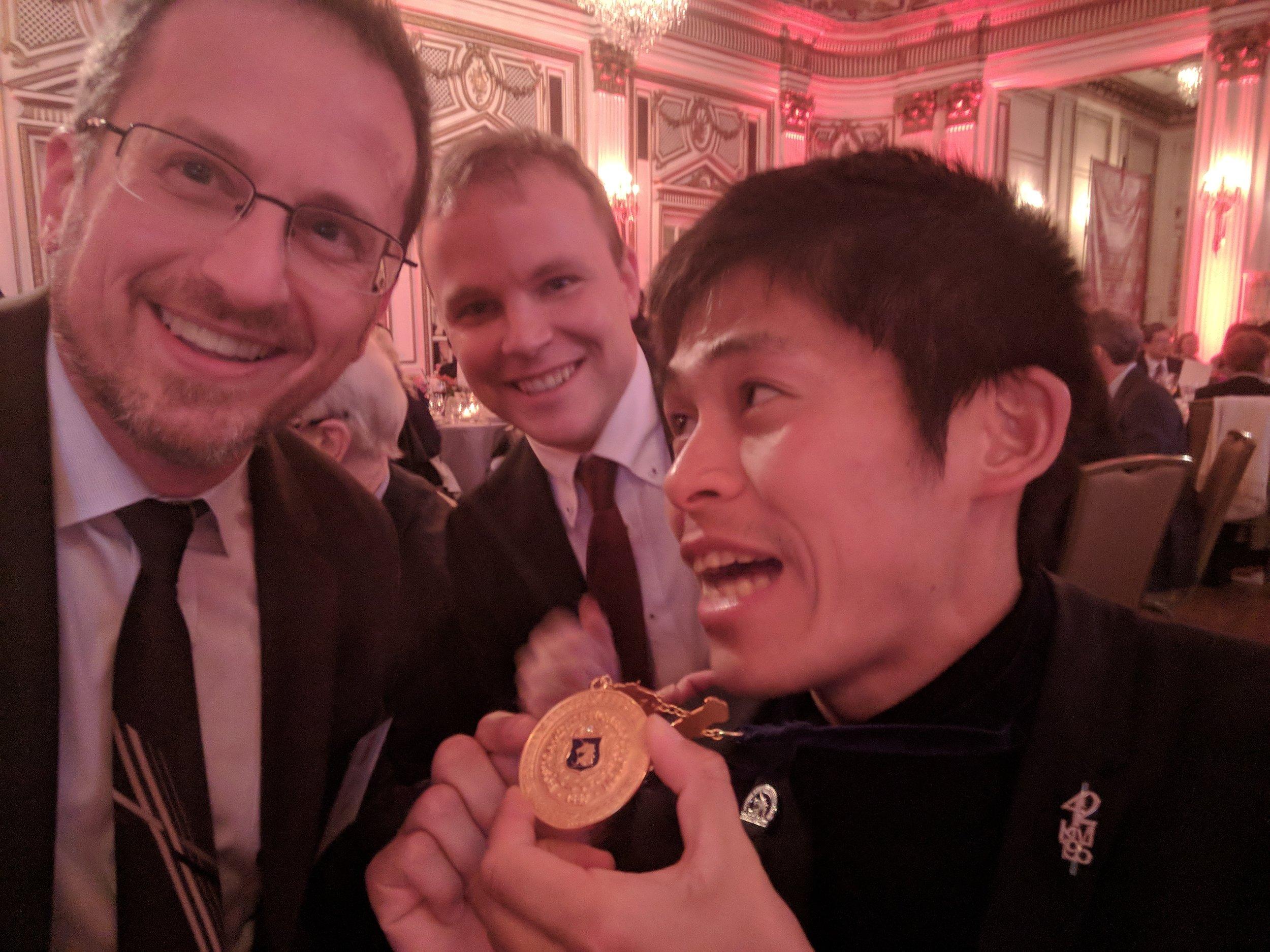 2018年4月ボストン日本協会の毎年恒例のガラにて、ボストンマラソンの優勝者川内優輝選手とエリックとスペンサ