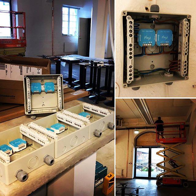 Med produkter från @plejdab kan smarta och effektiva lösningar skapas. Här styr vi skenor i tak för pendlad belysning med bluetooth dimmrar vilket gör att kunden enkelt kan bygga egna belysningsscenarion för sin restaurang.  Frukost - lunch - middag - städning  #rdelteknik #plejd #plejdab #elinstallation #smartahem #bluetooth