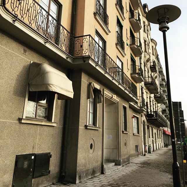 Nu är vi i slutfasen av renoveringen av denna våning. Dagen bjöd på montering av belysning i kök och badrum samt driftsättning av elcentral och programmering av belysning som styrs av Plejd.  #rdelteknik #plejd #sgarmaturen #renova #renovering #köksrenovering #elektriker #lägenhetsrenovering #smarthome #electrician
