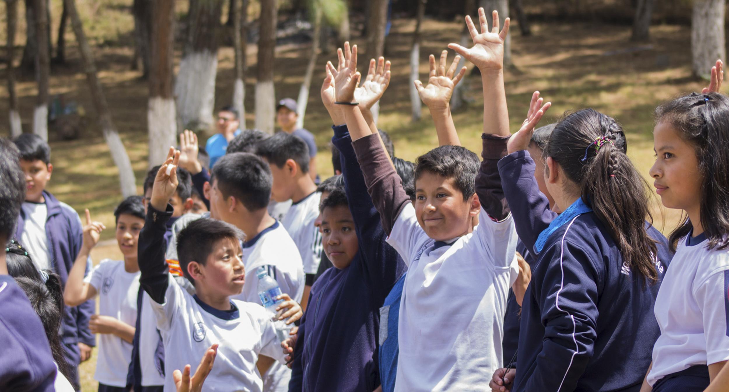 NUESTRA MISIÓN - Contribuir al desarrollo de Guatemala, mejorando la educación a través de la tecnología.