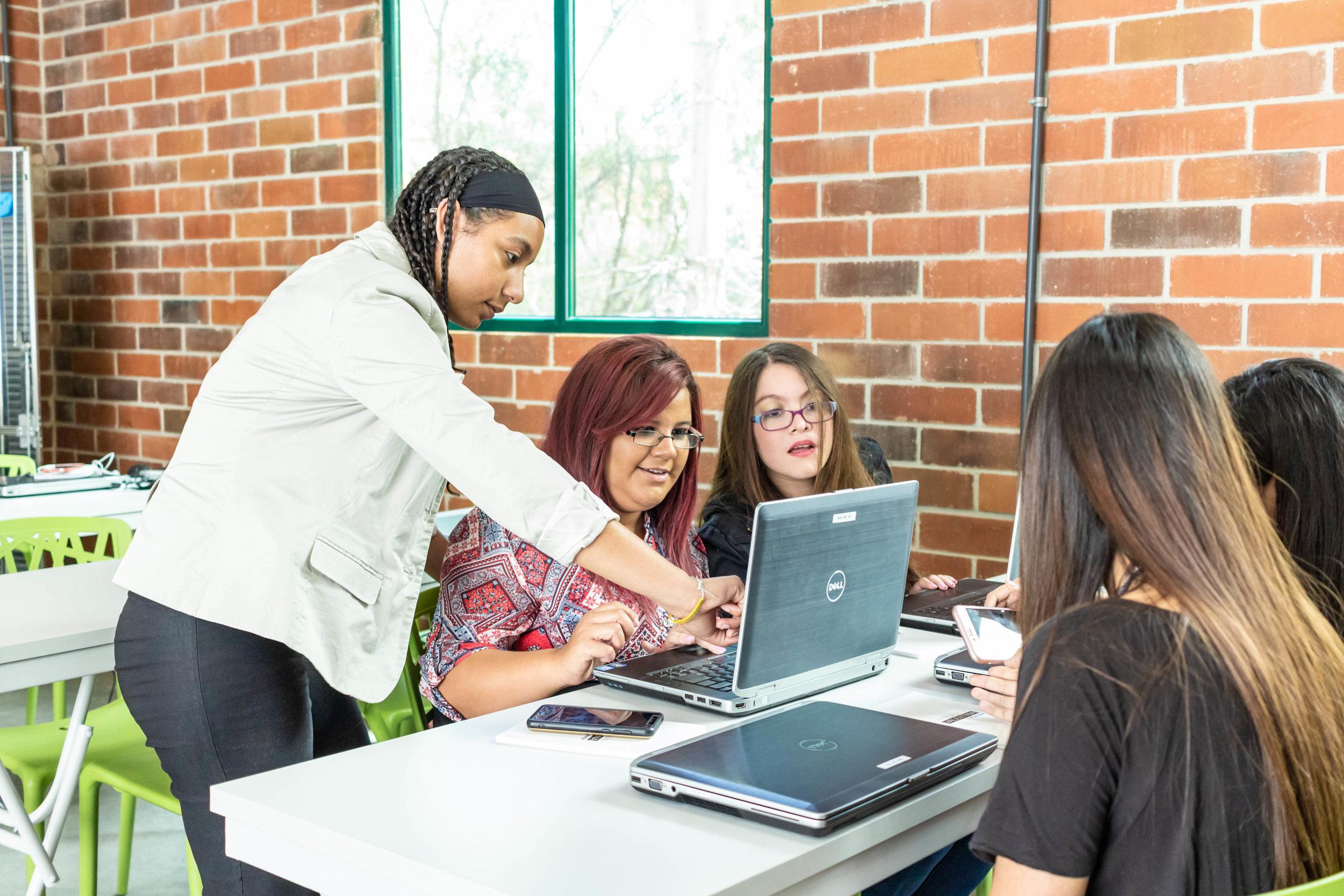 Si DESEAS aprenderY DESARROLLARTE en tecnología… - Hoy, todos los jóvenes que pasan por el Programa son llamados Valentinas y Valentinos, también en referencia a la valentía que se requiere para romper paradigmas y alcanzar el éxito.