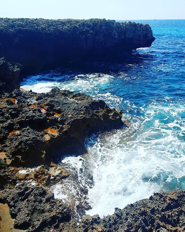 Lava rocks & clear blue ocean 🌴